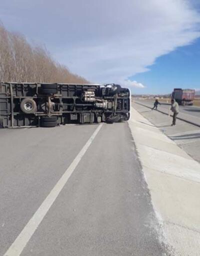 Fırtına nedeniyle kamyon devrildi