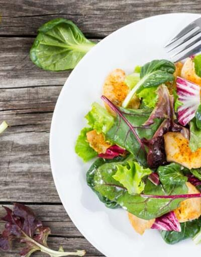 Salatanıza bu besinleri asla koymayın! Sağlıklı diye tüketiliyor ama...
