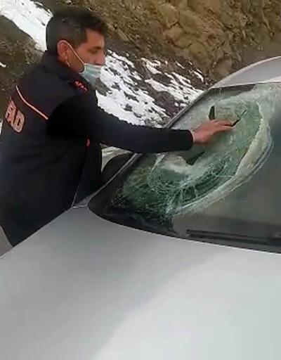Kaya parçası otomobilin üzerine düştü