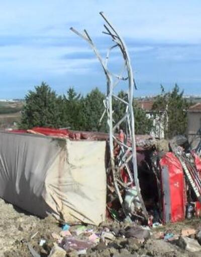 Elektrik direklerine devrilen kamyonun sürücüsü ağır yaralandı