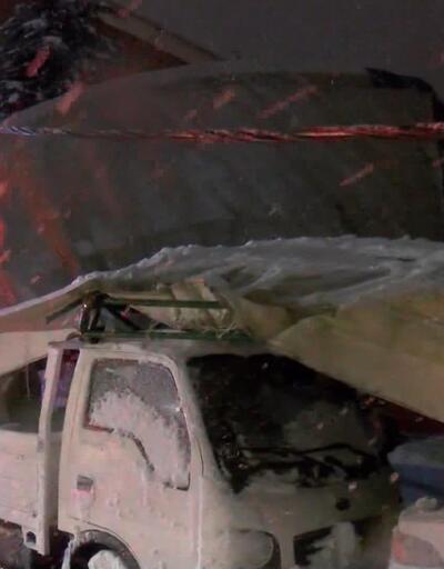 Kapalı spor salonu çatısı çöktü, 6 araç altında kaldı