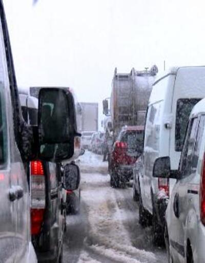 Bursa-İzmir otoyolu, yoğun kar yağışı nedeniyle kapandı