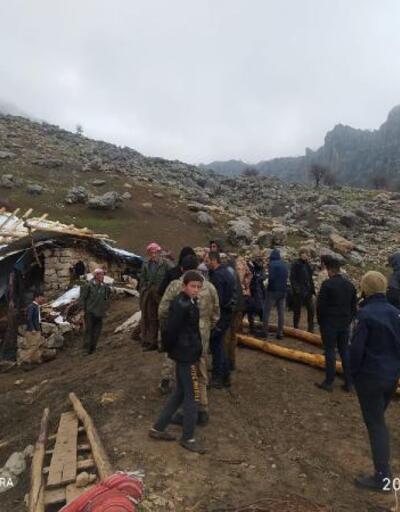 Hakkari'de fırtına; çatılar uçtu: 20 küçükbaş öldü