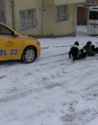 Çocukların tehlikeli oyunu... Karda kayan araçların arasından kaydılar