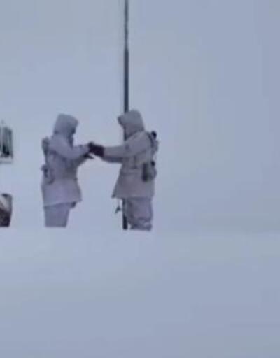MSB'den karla kaplı üs bölgesinde 'bayrak değişimi' paylaşımı