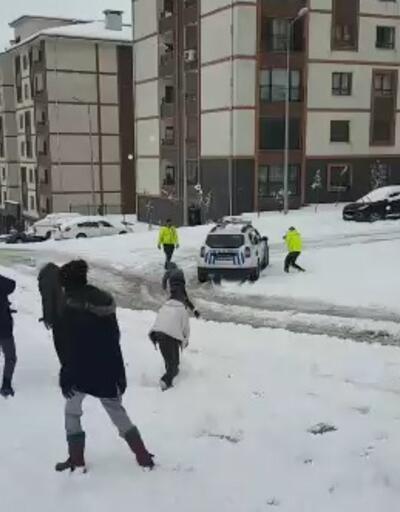 EGM paylaştı! Çocuklar ve polislerin kar topu savaşı