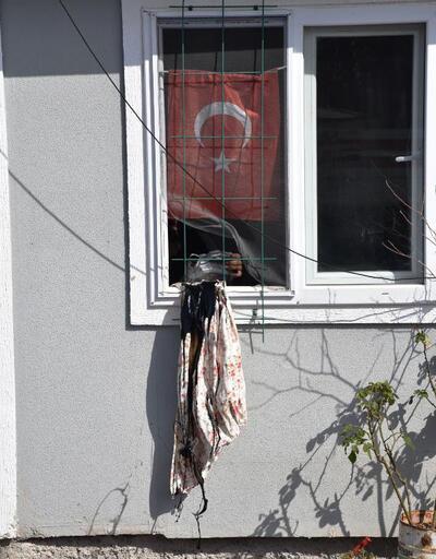 Hazine arazisindeki prefabrik evini yıktırmamak için kendini eve kapattı