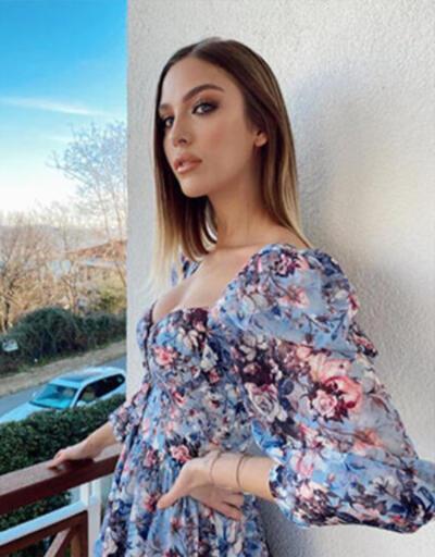 Yasemin Şefkatli çiçek desenli elbisesi ile poz verdi