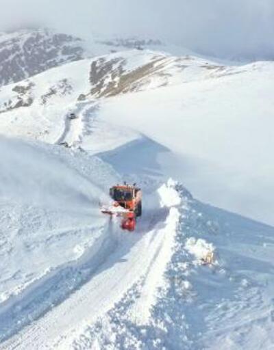 Van'da 5 metreyi bulan kar ile zorlu mücadele