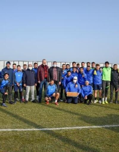 Karacabey Belediyespor'a, Başkan Özkan'dan baklava ikramı
