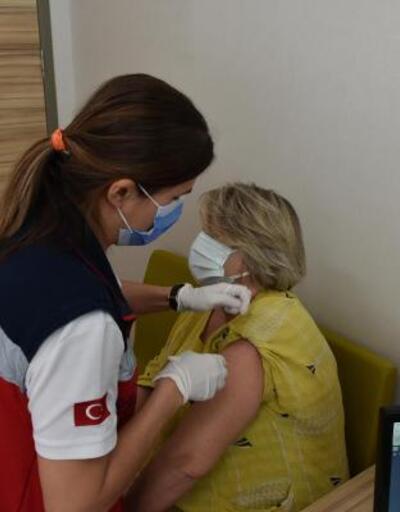 Marmaris'te yerleşik yaşayan 65 yaş ve üzeri yabancılar, 2'nci doz aşılarını oldu