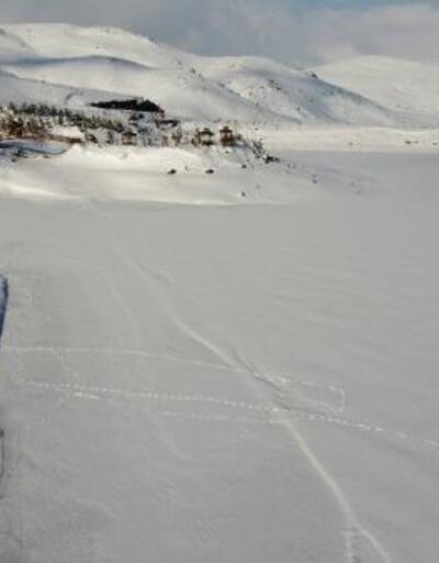 Buz tutan Üçoluk Göleti'nde görsel şölen