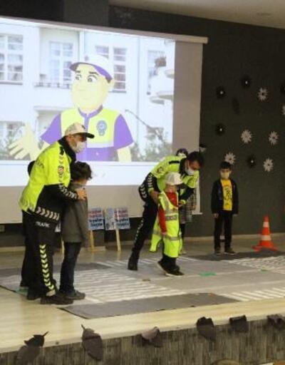 Silopi'de ilkokul öğrencilerine uygulamalı trafik eğitimi
