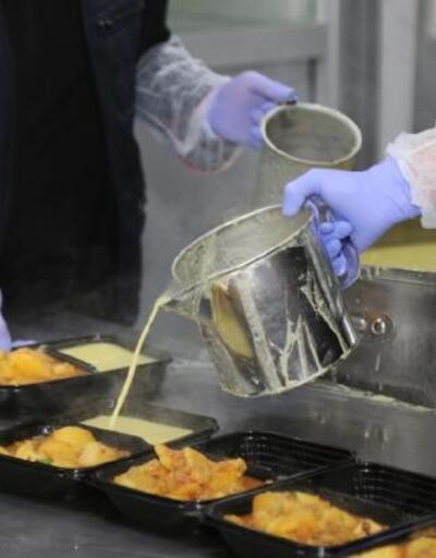 Küçükçekmece'de 1 yılda 90 bin yardım kolisi, 756 bin porsiyon sıcak yemek dağıtıldı