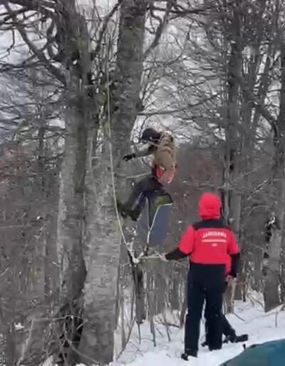 Yamaç paraşütü yaparken ağaçta asılı kaldı