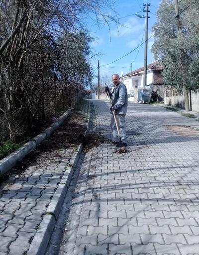 Manyas'ta avukat, her gün sokağını süpürerek örnek oluyor