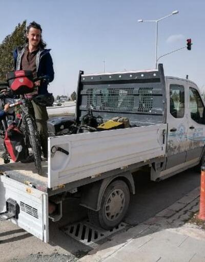 Hava şartlarında güçlük çeken Fransız bisikletli çiftin yardımına belediye koştu