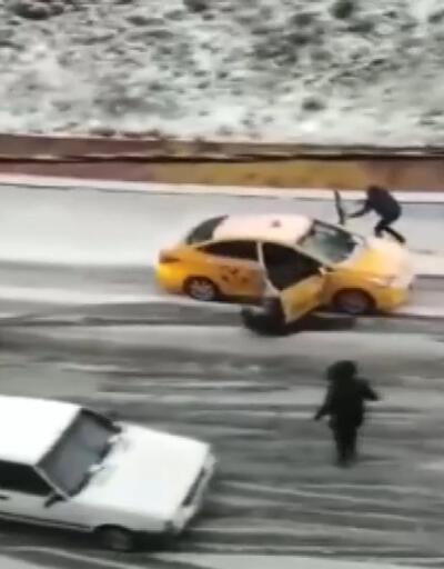 Kayan taksiyi kapısını tutarak durdurmaya çalıştı, yolcu ise aşağıya düştü
