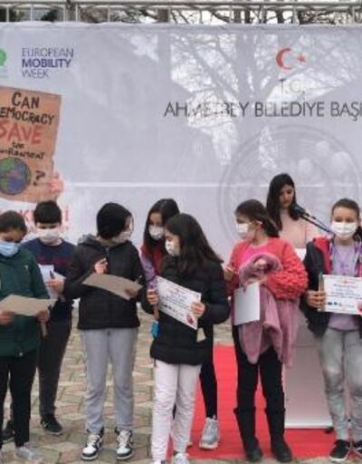 Ahmetbey'de resim yarışmasında dereceye giren öğrencilere ödülleri verildi