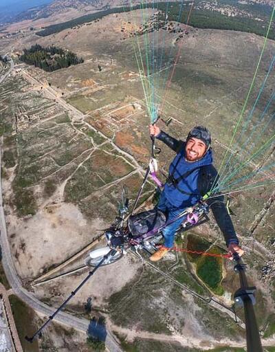 Paraşütüne bağladığı motosikletiyle uçtu