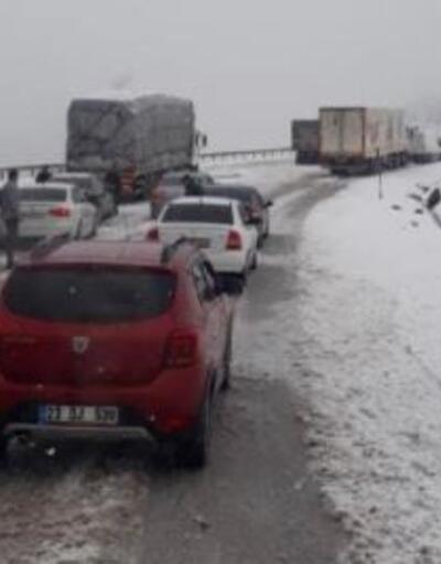 Tokat- Sivas yolunda kar yağışı ulaşımı aksattı
