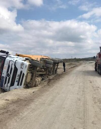 Gelibolu'da mıcır yüklü kamyon devrildi: 1 yaralı