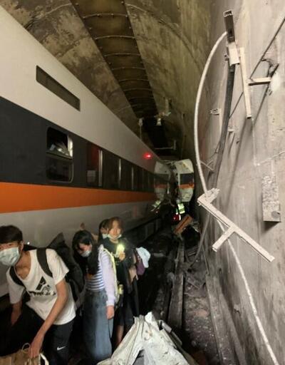 Tayvan'da feci kaza! Yolcu treni raydan çıktı