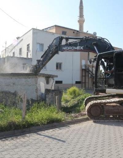 Erdemli'de güvenliği tehdit eden binaların yıkımı sürüyor