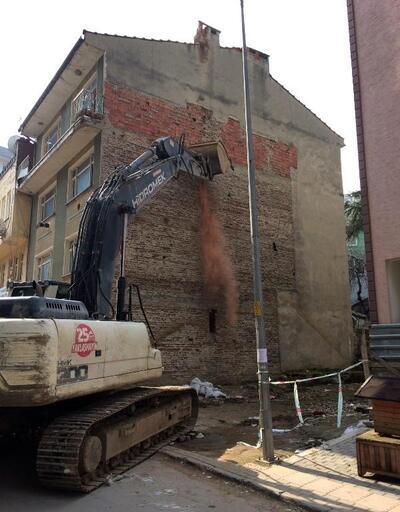 Osmangazi Belediyesi ekipleri, depreme dayanıksız olan binayı yıktı