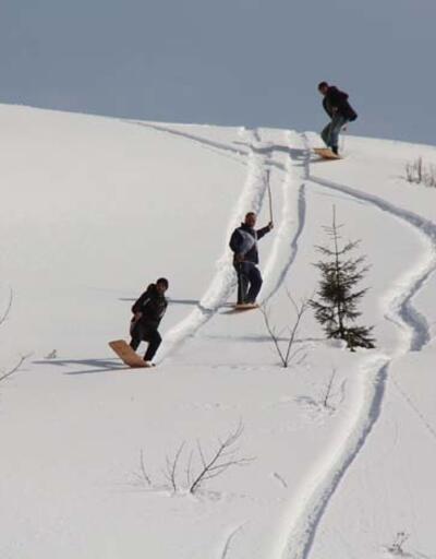 Rize'de kısıtlamada 'tahtalı kayak' eğlencesi