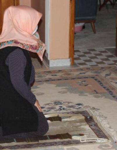 Daire kapılarını açık bırakıp imam eşliğinde ilk teravihi kıldılar