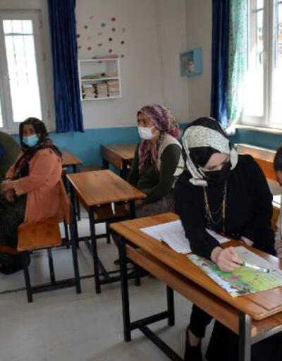 Boş kalan sınıflarda okuma- yazma öğreniyorlar