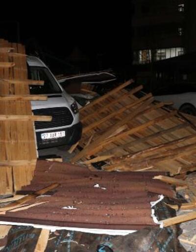 Gaziantep'te fırtınada çatı uçtu, 10 araç zarar gördü