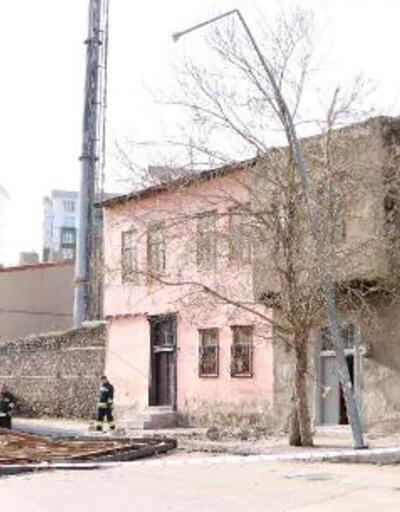 Fırtına 2 katlı evin çatısını uçurdu