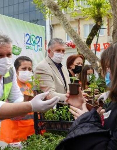Lüleburgaz Belediyesi vatandaşlara 1500 fide dağıttı