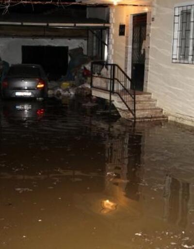 Dinar'da su borusu patladı, evleri su bastı