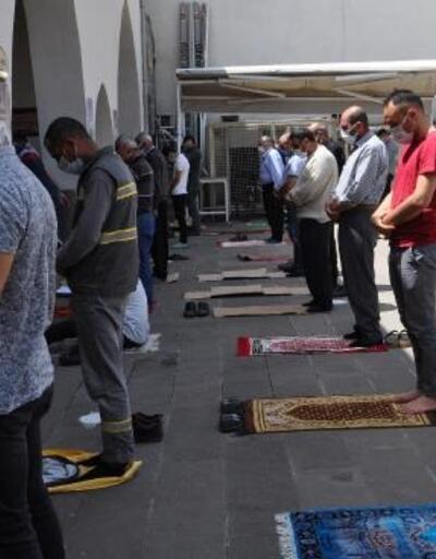 Cuma namazını tarihi camide kıldılar