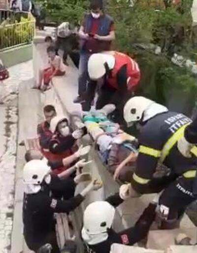 Yıktığı duvarın altında kalan işçi yaralandı