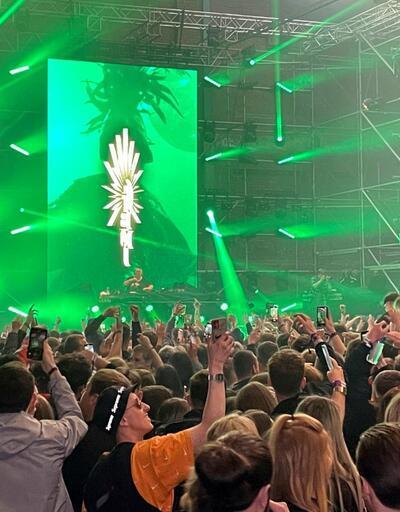 İngiltere'de 3 bin kişilik maskesiz, sosyal mesafesiz konser