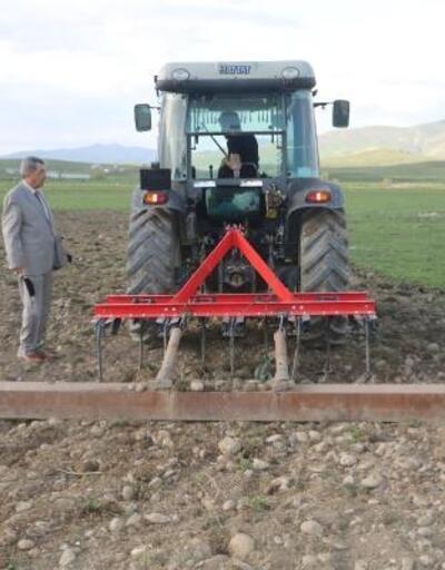 Yüksekova Ziraat Odası Başkanı çiftçileri tarlalarında ziyaret etti