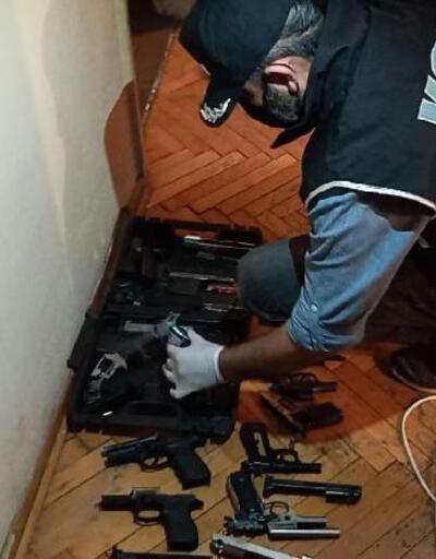 Evinin odasını silah atölyesine çevirmiş