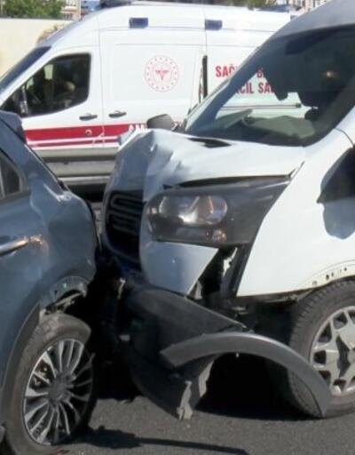 Minibüs, sağa çekilmiş araca arkadan çarptı
