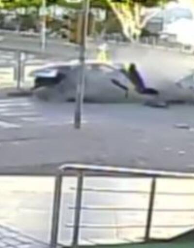 İki otomobil son sürat çarpıştı