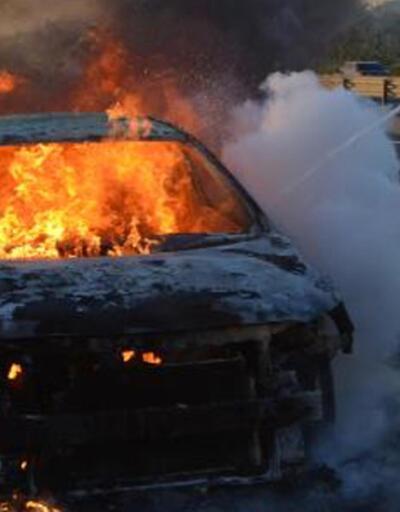 Yakınının cenaze törenine giderken otomobili alev topuna döndü
