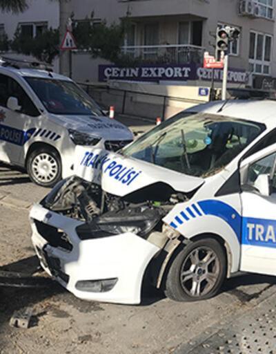 Hafif ticari aracın çarptığı polis aracındaki iki trafik polisi yaralandı
