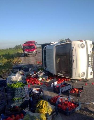 Kamyonet devrildi, sebze ve meyveler yola saçıldı