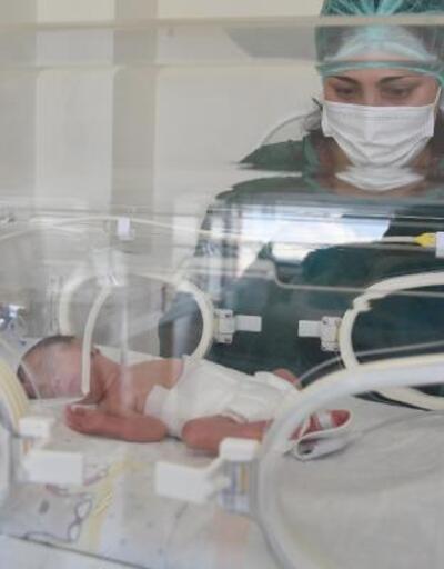 Entübeyken dünyaya getirdiği kızına ilk kez dokundu