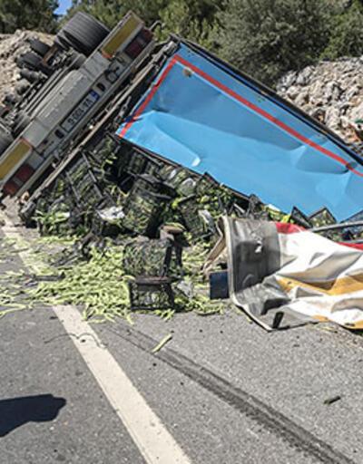 Antalya'da sebze yüklü TIR devrildi