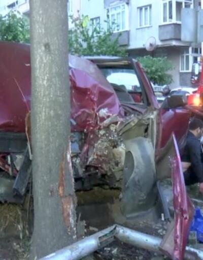 Otomobil yoldan çıktı, önce trafik lambasına sonra ağaca çarptı