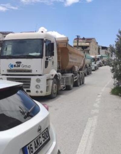 Mahalle sakinleri TIR geçişlerine tepki için yolu kapadı